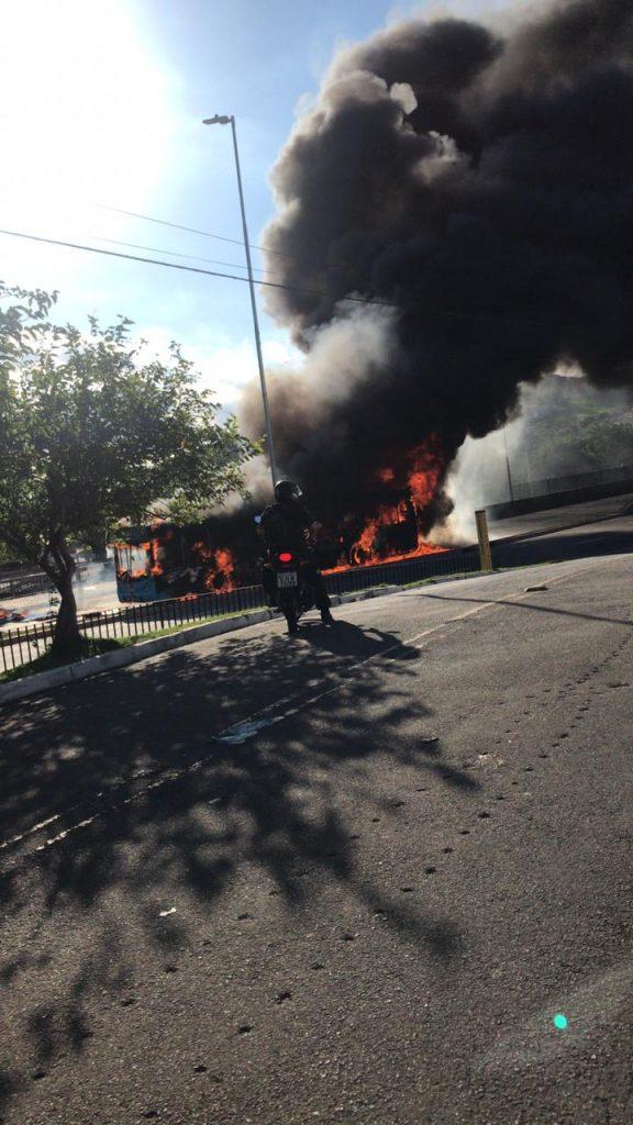 Norte Life: Ônibus é incendiado em protesto contra ação da PM na ponte Peregrina