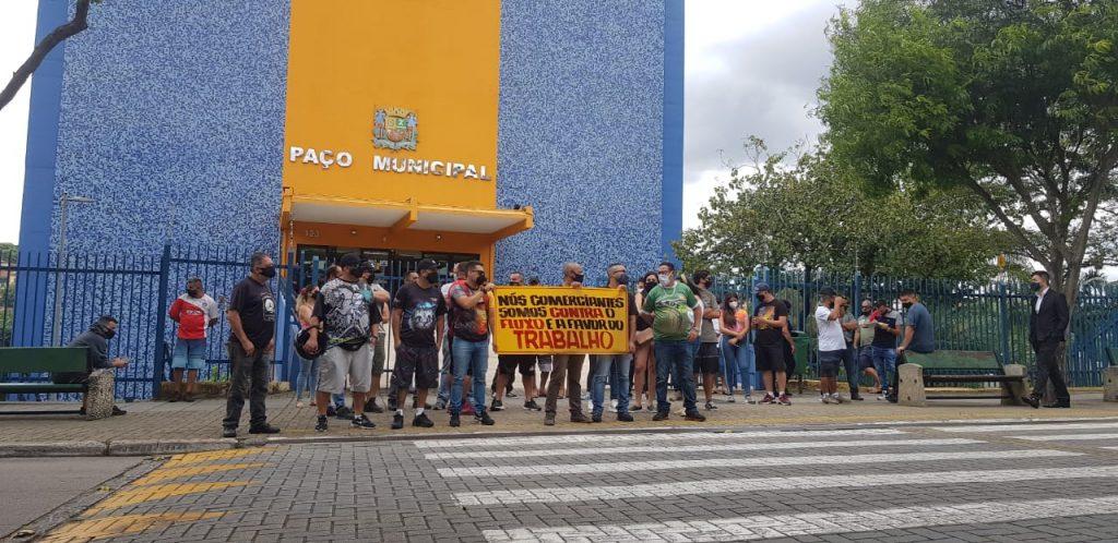 Donos de adegas fazem novo protesto em frente à prefeitura nesta segunda