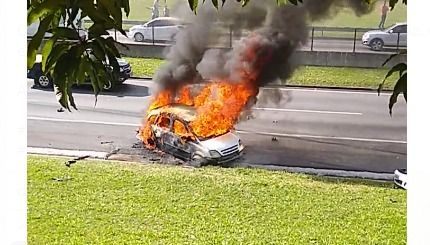 Grave acidente na Dutra causa morte de motociclista e explosão de carro em São José