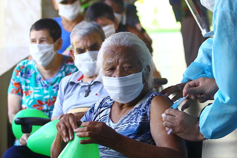 Vacina contra a covid chega aos idosos de asilos e funcionários