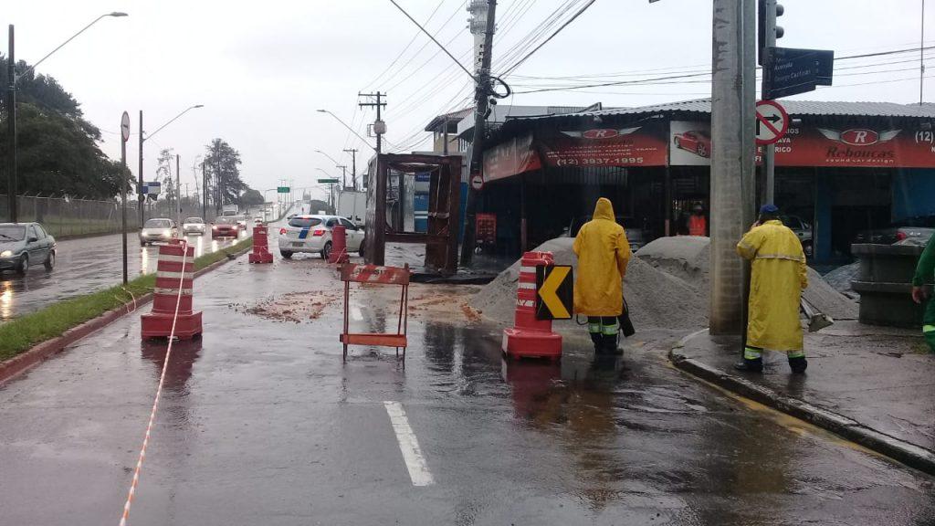 Após enchentes e buracos, obras emergenciais interditam trechos de duas avenidas importantes em São José