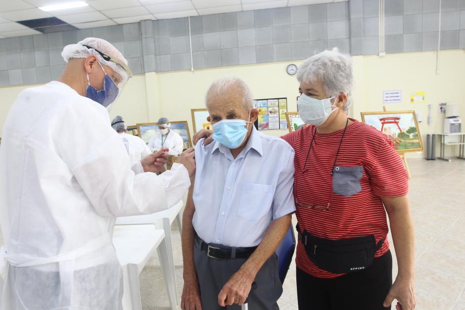 Vacinação de idosos com 80 anos ou mais continua na segunda