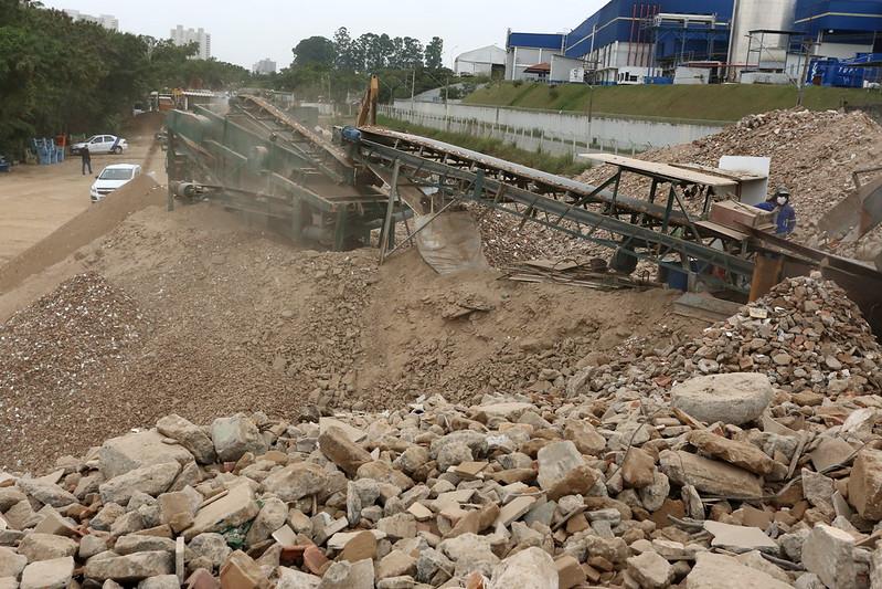 Manutenção em estradas rurais é feita com material reciclável