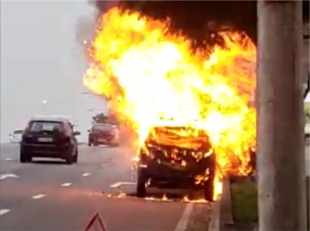 Aquarius Life: Carro pega fogo após pane mecânica na av. Benedito Matarazzo