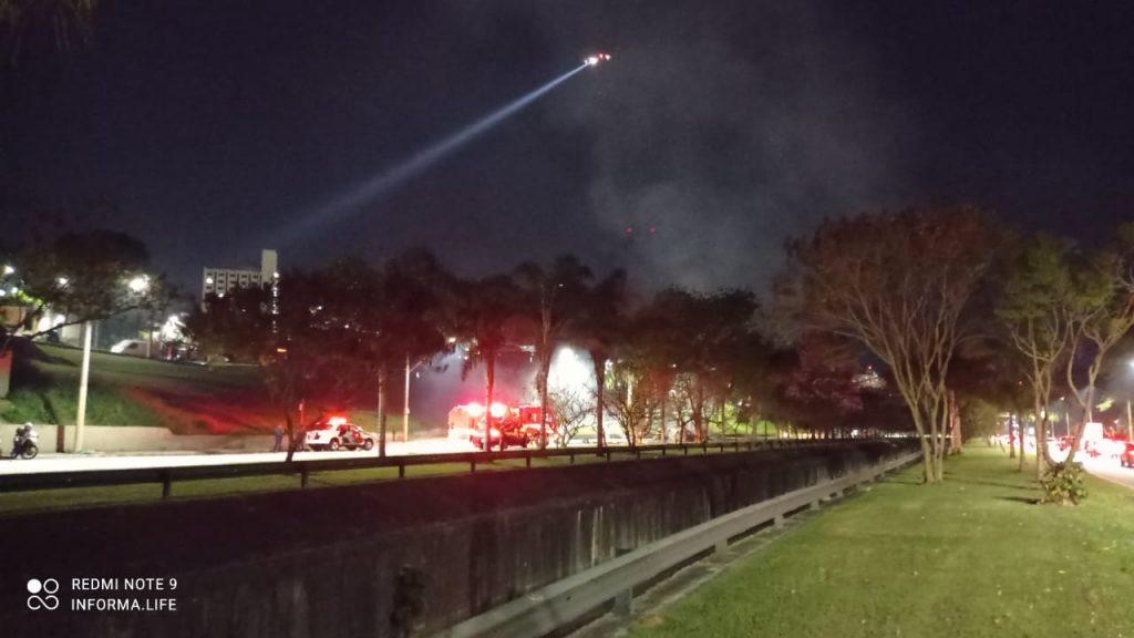 Quatro carros e caminhão incendiados em protesto na avenida Fundo do Vale. Veja vídeo!